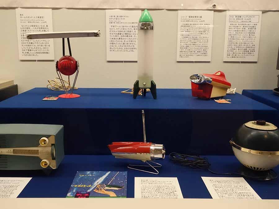 宇宙ロケット型ラジオ、ロケット型ミニライトなど当時の宇宙ブームにあやかった製品
