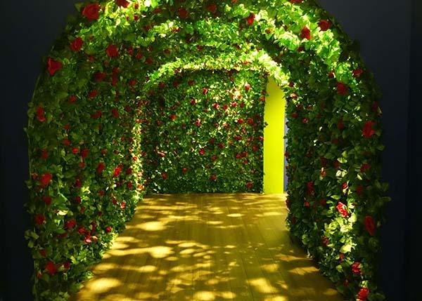 大阪会場にて、エントランスにはバラのアーチ
