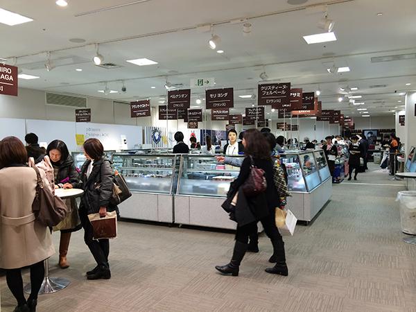 会場では、開催日前日に内覧会を開催。抽選で選ばれた130人がいち早くショコラを吟味