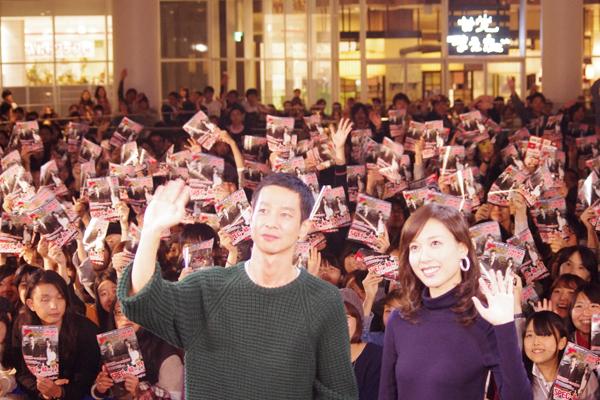 最後に観客たちと記念撮影を行った加瀬亮と戸田恵梨香