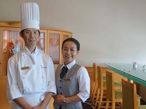 松尾料理長、ロビーラウンジスタッフの伊藤さん。冬に向けた新しい味も考え中だそう。