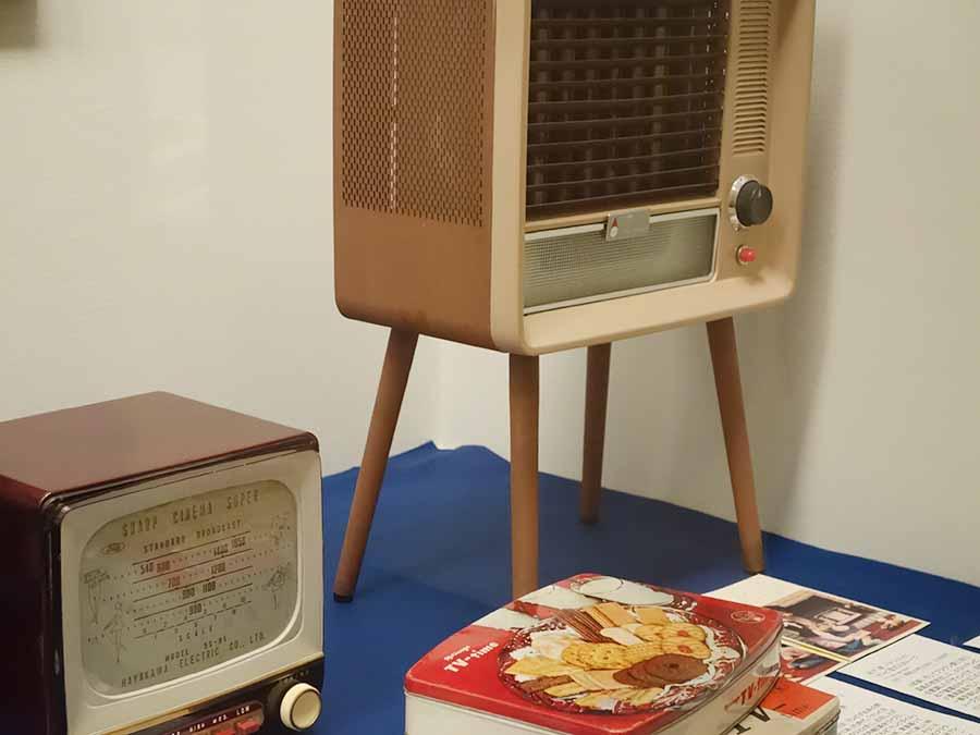 テレビ型のラジオやストーブ。当時、テレビは人々の憧れであり、先端を象徴するイメージでも