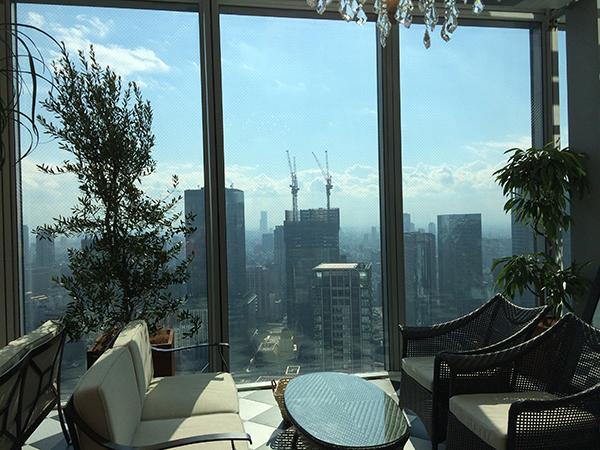 窓際に並ぶテーブル席は、4席ずつのコンパートメントスタイル。プライベート感もあり、夜景もおすすめ