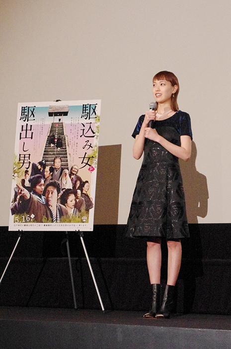 舞台挨拶に登場した女優・戸田恵梨香