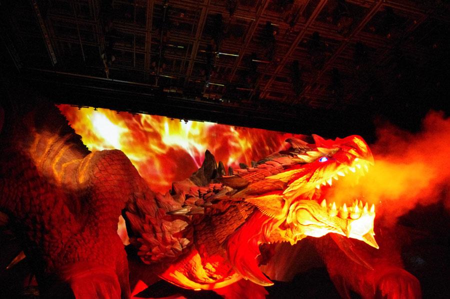 炎に包まれながら、爆炎ブレスの攻撃をしかける黒炎王リオレウス © CAPCOM CO., LTD. ALL RIGHTS RESERVED.