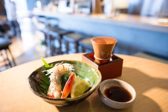「日本酒バルさわら」より、小川原湖産白魚と長芋昆布生姜醤油掛け680円