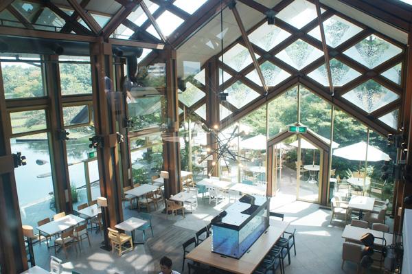 天井が高く、開放的な店内