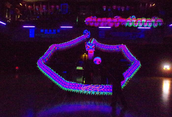 蛍光色に輝く龍が舞うチーム競技「夜光龍」