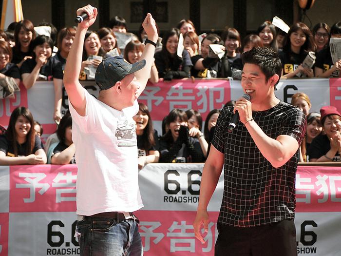 声援に応える荒川良々(左)と鈴木亮平