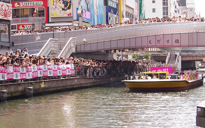 生田斗真らを乗せた特別仕様のシンブンシ船