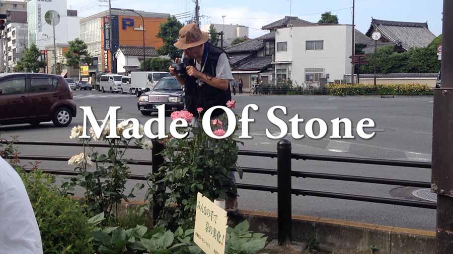 受賞作品の1シーン。道路脇の花を撮影する人や、改札を通る人たちなど、何か起こりそうで何も起こらないシーンの連続となる