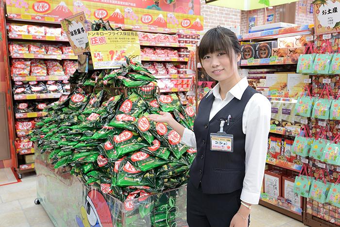 抹茶チョコレート系のお菓子で埋め尽くされている「インバウンド強化型店舗」