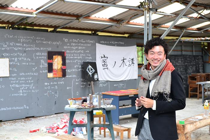 プロジェクトを主宰する岩名泰岳さん(同地区のアトリエにて)