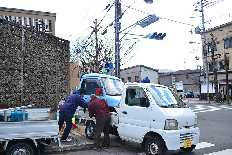 車は、[村屋]から引き取りたいという申し出があったのだとか。一旦解体してトラックへ。