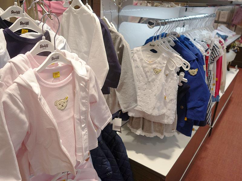 シュタイフの子ども服コーナーは、今まで関西にない品揃えに。