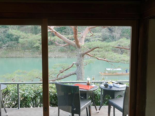 保津川越しの嵐山、春になると桜で薄桃色に。こんな特等席でお茶やお酒を傾けてみては?