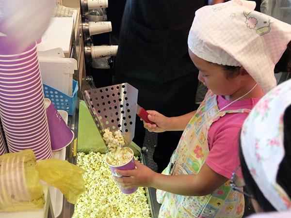 大阪ステーションシティシネマで、ポップコーン調理体験。入場ゲートでの映画館スタッフのお仕事や、映写室の見学もできます。画像は過去の実施の様子