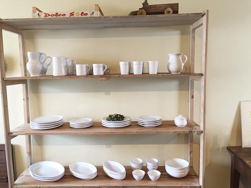 縁取りがアクセント、職人が手作りするお皿やボウルなど、ピュアホワイトの釉薬がシンプル&ノーブルな雰囲気