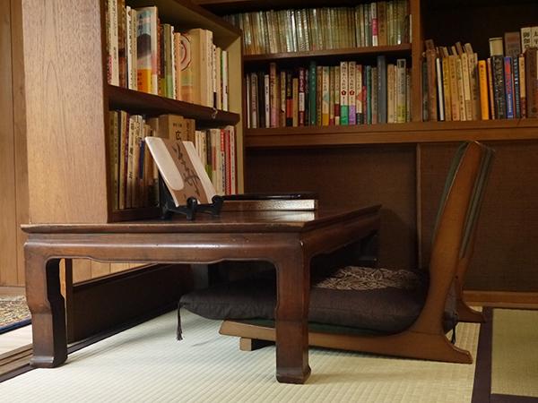 アトリエや書斎などに使われていた空間、本棚に残された蔵書も