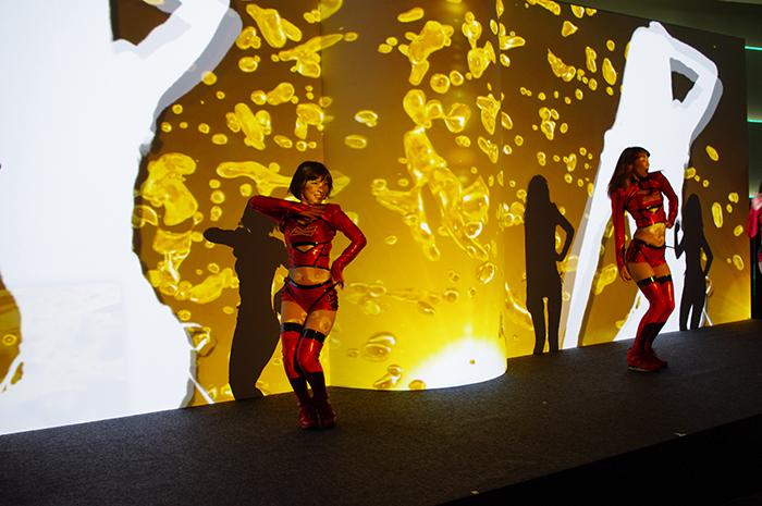 映像と共にアグレッシヴなダンスを披露するバドワイザーダンサーズ
