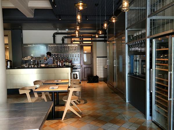 カウンターには、日本各地と海外のクラフトビールをドラフトで飲める、20タップを備えたビールサーバー