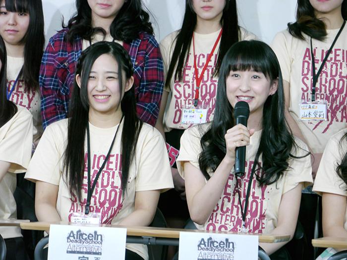 記者の質問に答える宮崎梨緒(左)と入矢麻衣