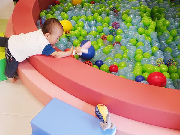 からだ遊びゾーン、18カ月までの専用コーナーでは小さなボールプールも
