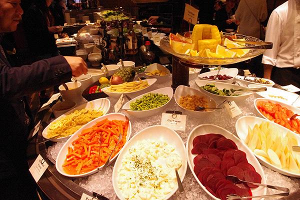 豆と豚肉を煮込んだ家庭料理のフェジョアーダや、ヤシの新芽など珍しい食材を使ったサラダまで!