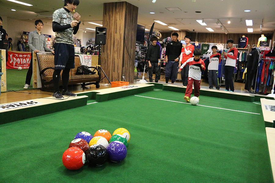ビリヤードとサッカーが融合したスポーツ「ビリッカー」