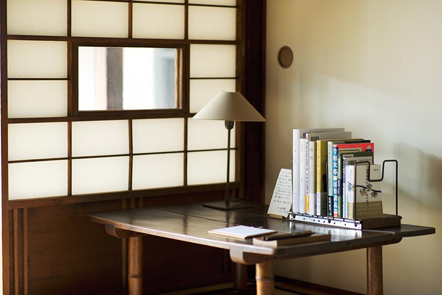 本棚には中川政七商店がセレクトした本など
