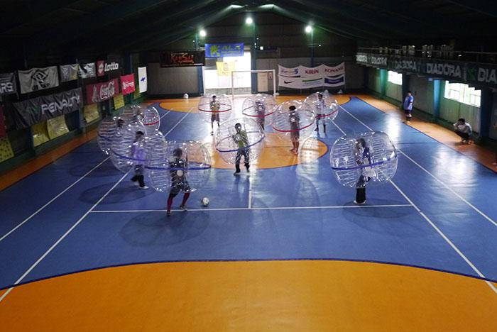 大きなバブルボールを被って行うバブルサッカー