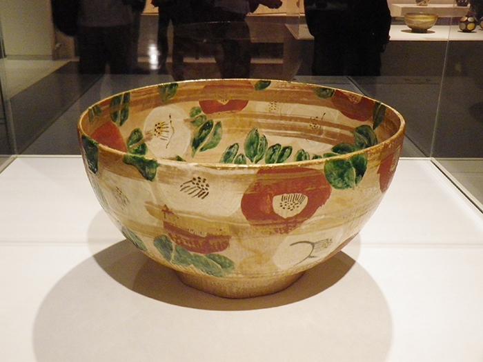 《色絵金彩椿文鉢》 1955年 京都国立近代美術館