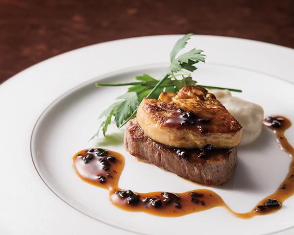 フォワグラと牛フィレステーキ ロッシーニ風 トリュフソースなど贅沢なメニューはマストです
