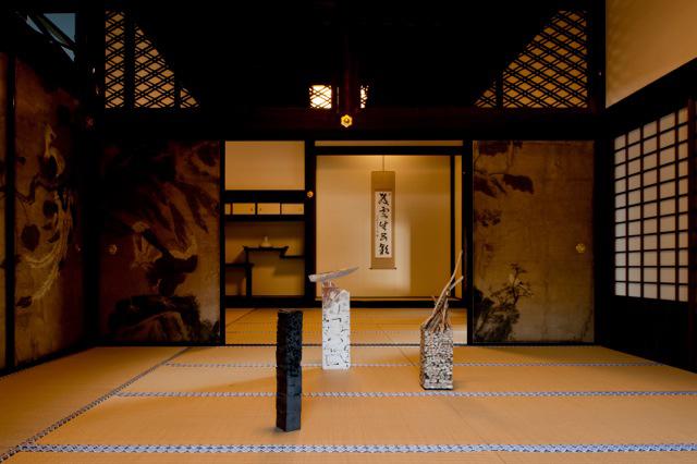松隠堂内部と高須英輔作品