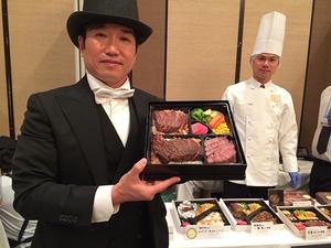 おそらく日本一、いや世界一高価な肉弁当は3万円! 神戸牛のサーロインステーキとフィレステーキ、ローストビーフがたっぷり入った豪華版を手に[神戸ビフテキ亭DELI]代表取締役・佐伯雅弘さん