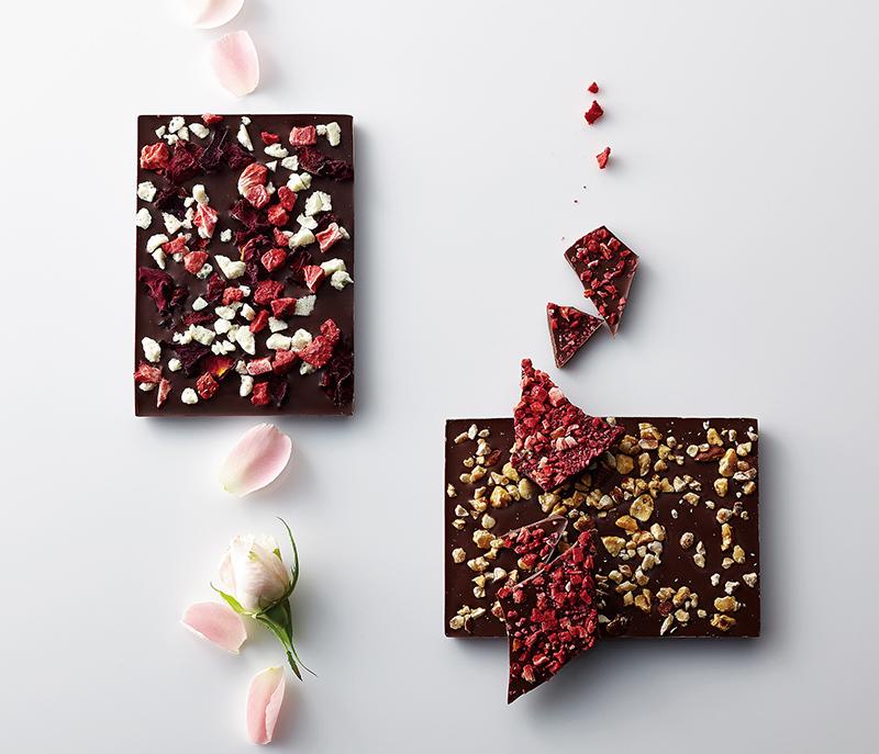 色とりどりのトッピングから好みのものをチョイスして、チョコレート作りを体験