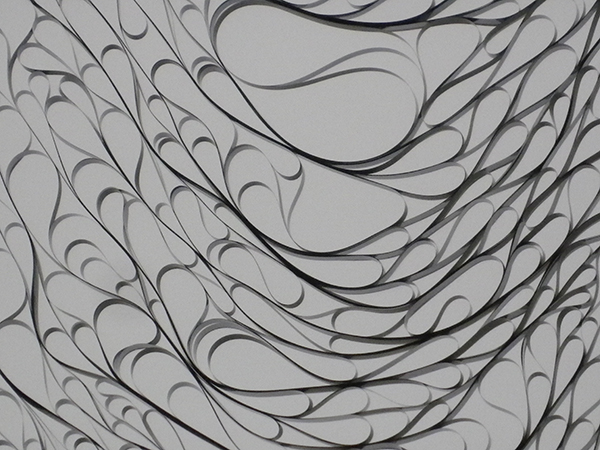 和田永「時折織成-落下する記憶」より、下降し折り重なったテープが見せる曲線美