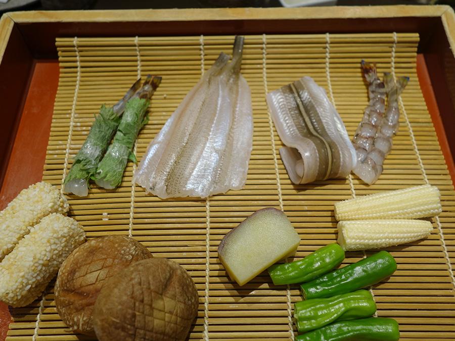 平日ランチタイムであれば3,000円からコースを楽しむことができる。先付、前菜、天ぷら9品、ご飯、赤だし付き。平日限定で4,900円の食べ放題もあり