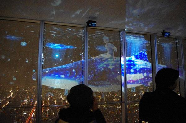 夜景と3D映像が重なり、幻想的な雰囲気に