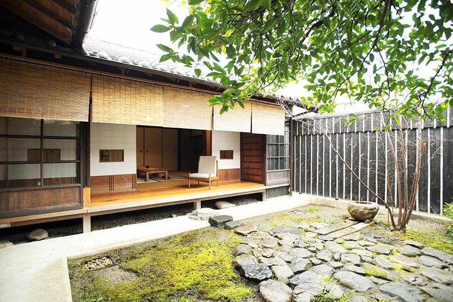 改修前からある橙の木などお庭をゆっくり眺めて。部屋から縁側を歩いて行くと、五右衛門風呂がある浴室
