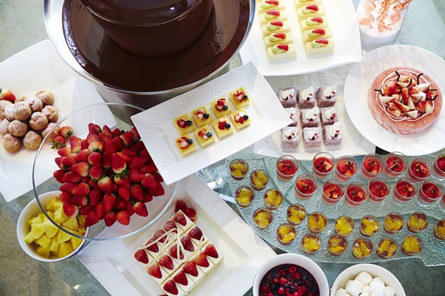 ハイアット リージェンシー 大阪の『ストロベリー デライト』。フレッシュストロベリーをチョコレートファウンにディップして楽しんで