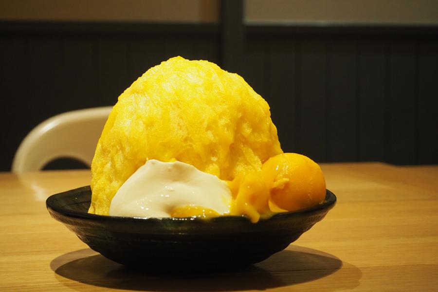 マンゴー味の氷に、マンゴーソースをからめた果肉、マンゴーシャーベットにパンナコッタ付きの「マンゴーかき氷」