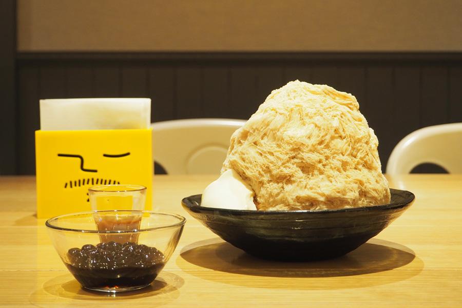 台湾でポピュラーな珍珠奶茶(ミルクティー)の風味が味わえる「タピオカミルクティーかき氷」。温かいモチモチのタピオカもトッピング