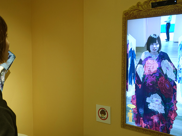 スクリーンに登場する衣裳は展示されているので、実物の立体的な造形美も楽しんで