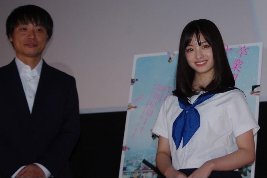 橋本環奈(右)と前田弘二監督(7日・大阪市内)