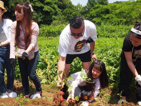 「みんなに楽しんでもらいたい」と参加者の収穫を手伝う若旦那