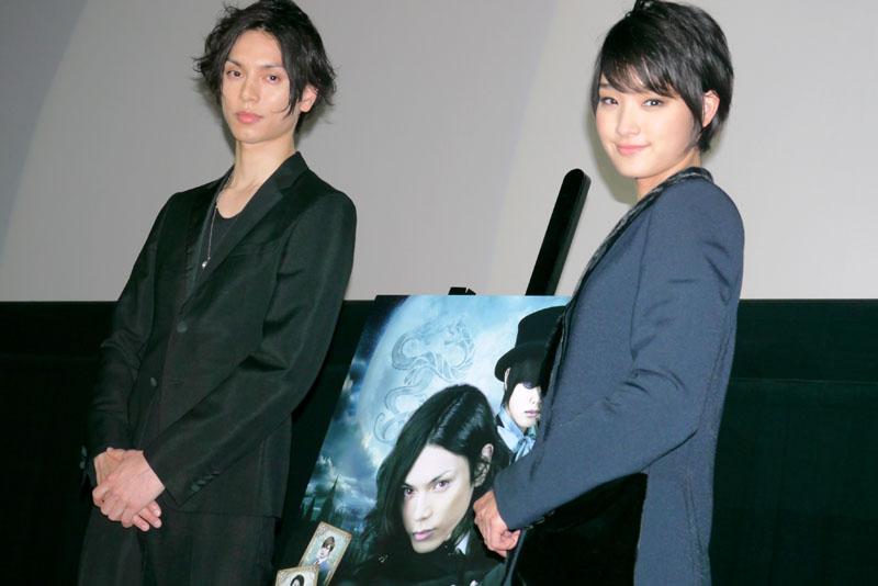 水嶋ヒロ(左)と剛力彩芽
