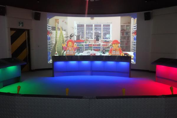 360度投影の大画面でレゴの世界へ旅立とう