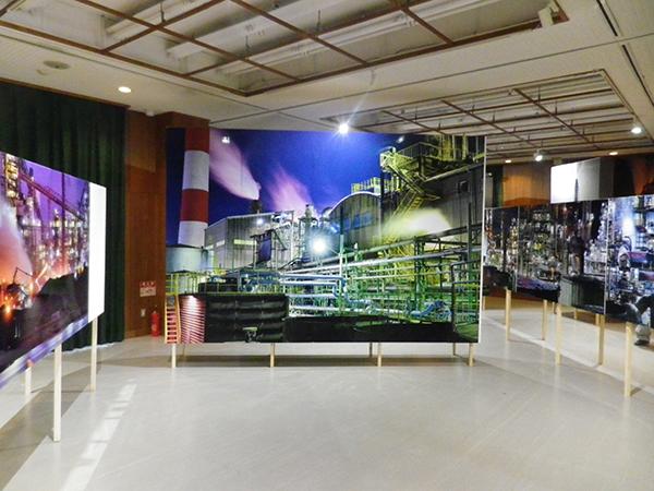 「魅せる工場展」会場風景。撮影場所は、尼崎市(中央)名古屋市(向かって左)、有田市(同右)