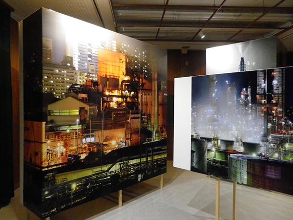 「魅せる工場展」会場風景。撮影場所は、尼崎市(向かって左)、有田市(同右)、周南市(奥)